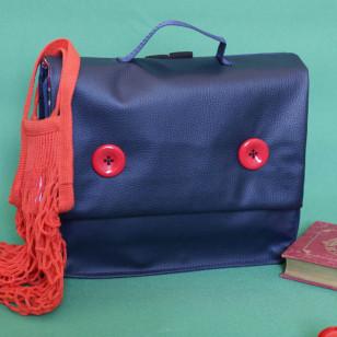 Cartable bleu marine, boutons rouges